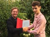 """Lukas Klotz und Jakob Aumiller mit der Urkunde zum 1. Bundespreis 2017 """"Jugend musiziert"""""""